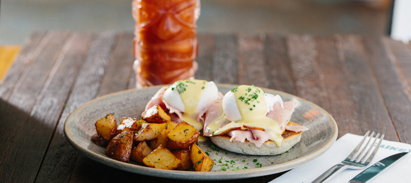 Poached eggs with hollandaise sauce and potatoes